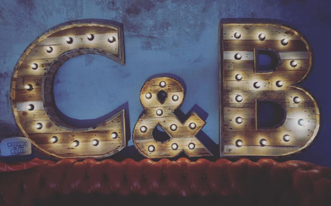 Marquee letters madera y bombillas.