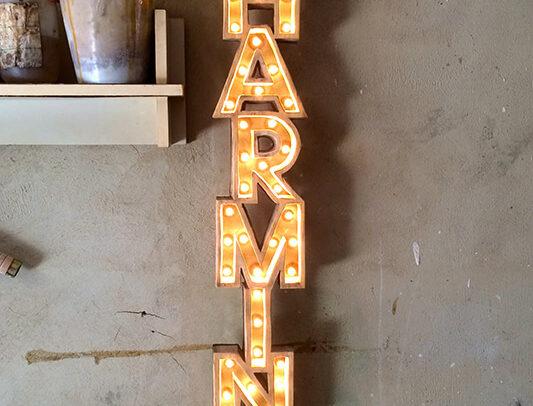 Cartel CHARMING de madera de una sola pieza con bombillas