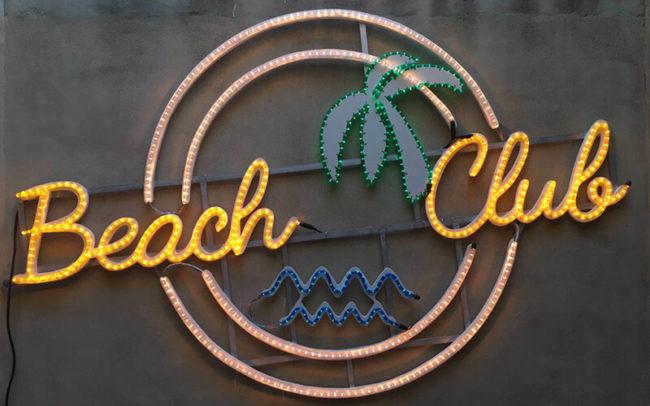 Cartel luminoso con varios cordones de bombilla incandescente BEACH CLUB