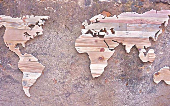 Mapamundi con maderas recicladas
