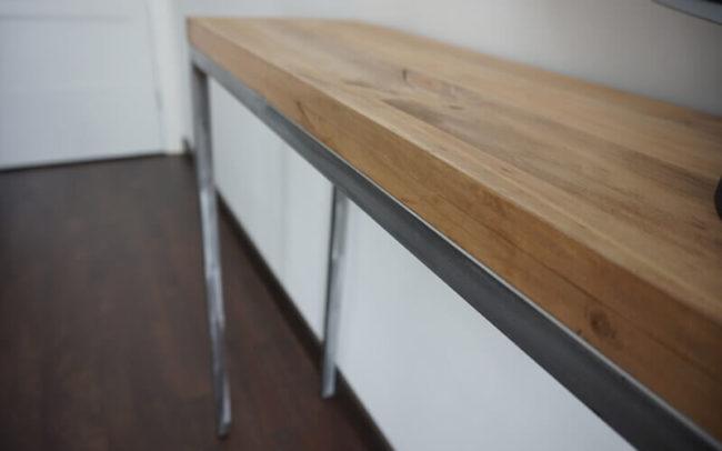 Cómoda de madera de 4 cm y acero pulido.