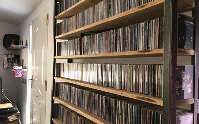 Estantería de madera y hierro para CDs.