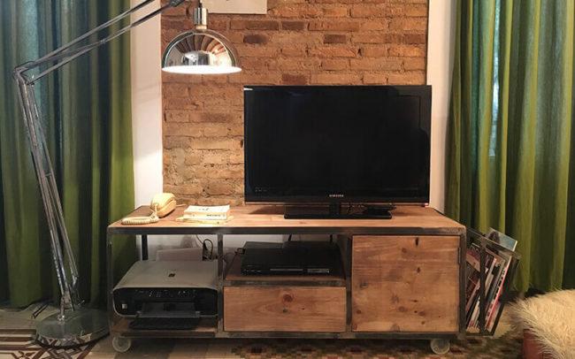 Mueble industrial de madera con ruedas